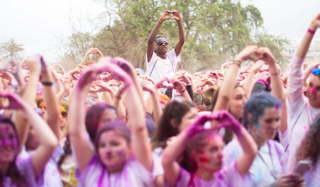 6a5f3105e7 Decenas de miles de personas han tomado parte en las ediciones previas de  la carrera de colores Holi Life ...